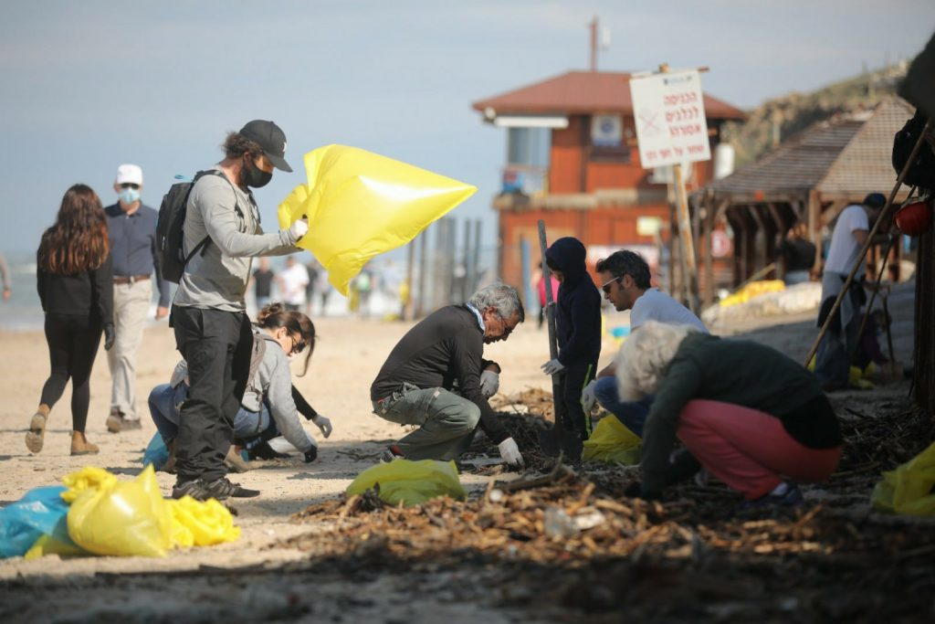 תושבים מנקים את החוף