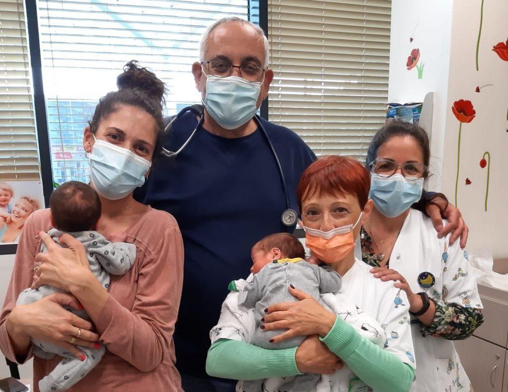 """יעל פלד אמא לתאומים שנולדו פגים וקיבלו את החיסון, עם הצוות של מרפאת כללית בכ""""ס הירוקה"""
